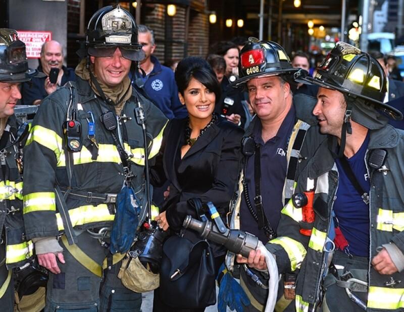 Siempre divertida y accesible, la actriz se tomó fotos con los bomberos fuera del set.