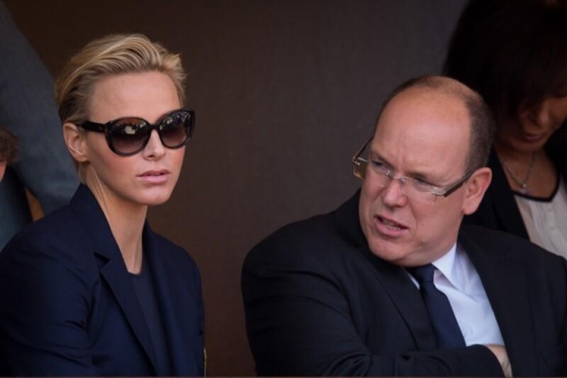 Charlene con un gesto no tan alegre en un evento junto a su esposo Alberto II de Mónaco