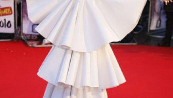 Lady Gaga llegó a la ceremonia con vestido y máscara blanca y una gran peluca del mismo color.