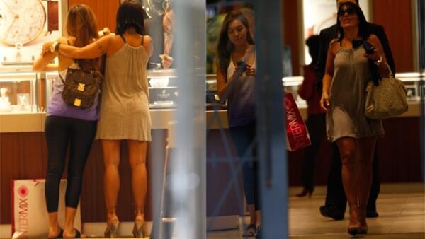 La cantante mexicana y su hija pasaron una tarde amena visitando las tiendas del Bal Harbour Mall de la `Ciudad del Sol´.