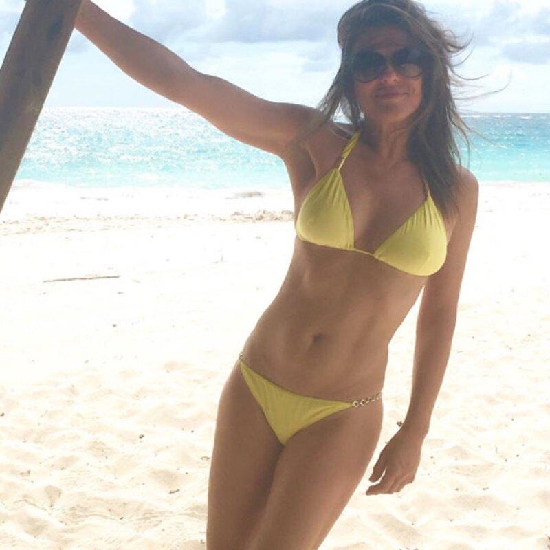 En algún lugar del planeta aún es verano, y es ese spot donde se encuentra Elizabeth Hurley, quien ha decidido mostrar su hot body en un bikini amarillo.