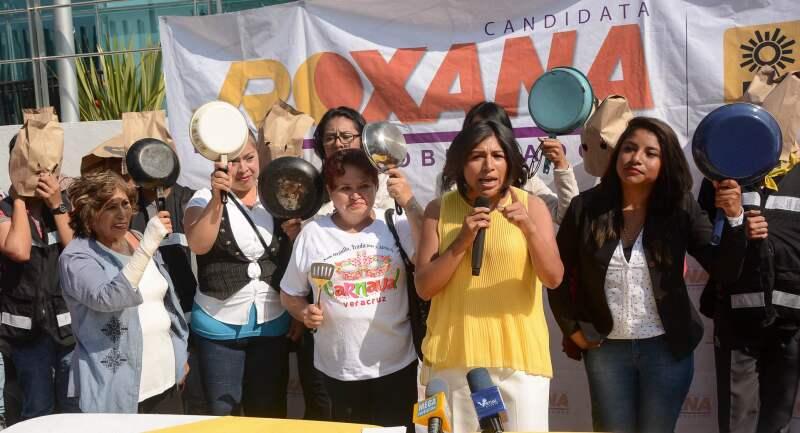 Los elementos que protegen a la candidata del PRD, Roxana Luna, son sus amigas y familiares. Sus armas: utensilios de cocina.
