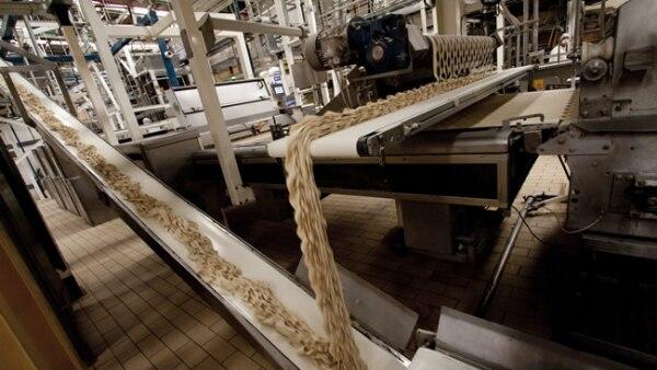 El moldeo de la masa se hace por medio de rodillos.