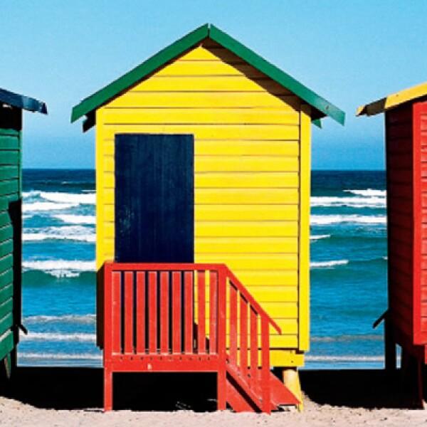 A lo largo de la playa de Muizenberg, en False Bay, se aprecian pequeñas cabañas de diferentes colores que resaltan con el blanco de la arena.