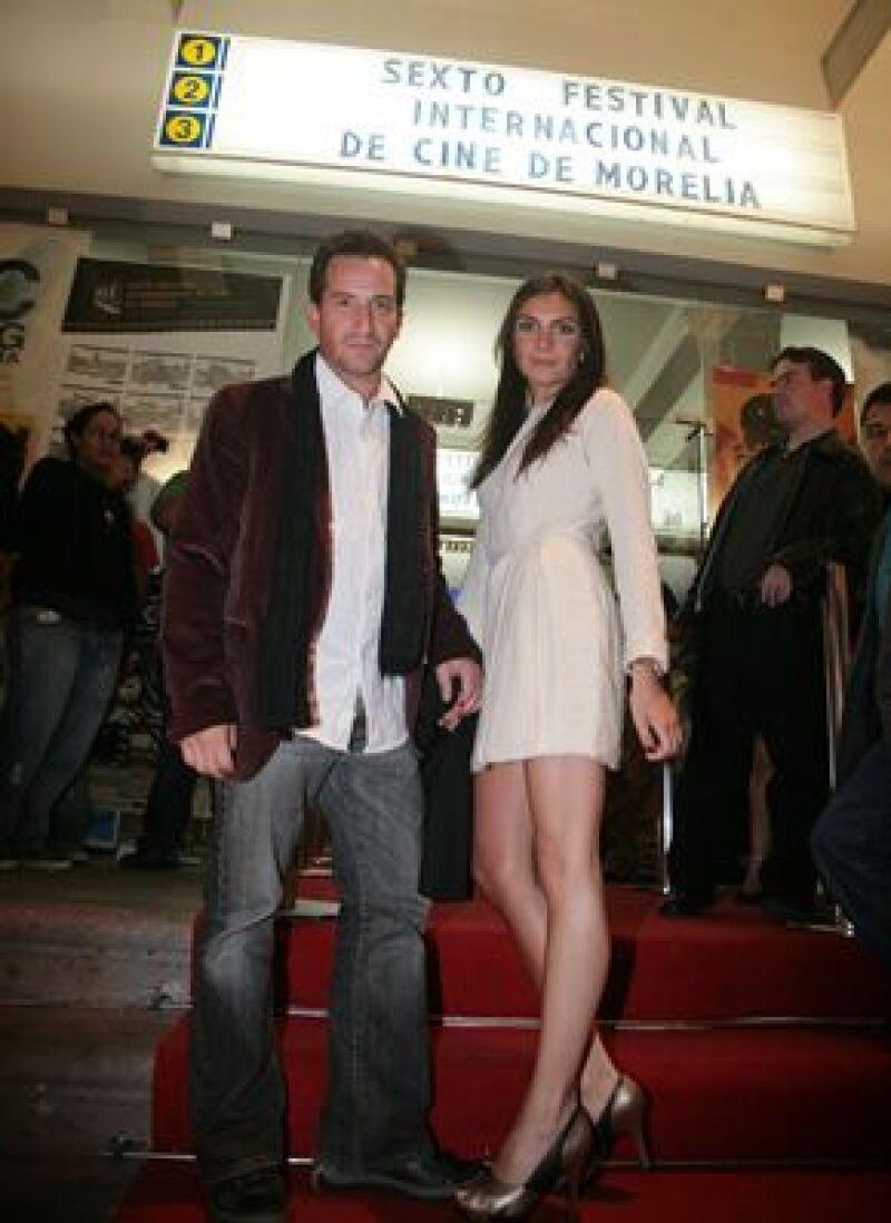 Este martes durante la alfombra roja de la película Libro de Piedra, el actor llegó acompañado de su  novia, la actriz María de la Fuente.