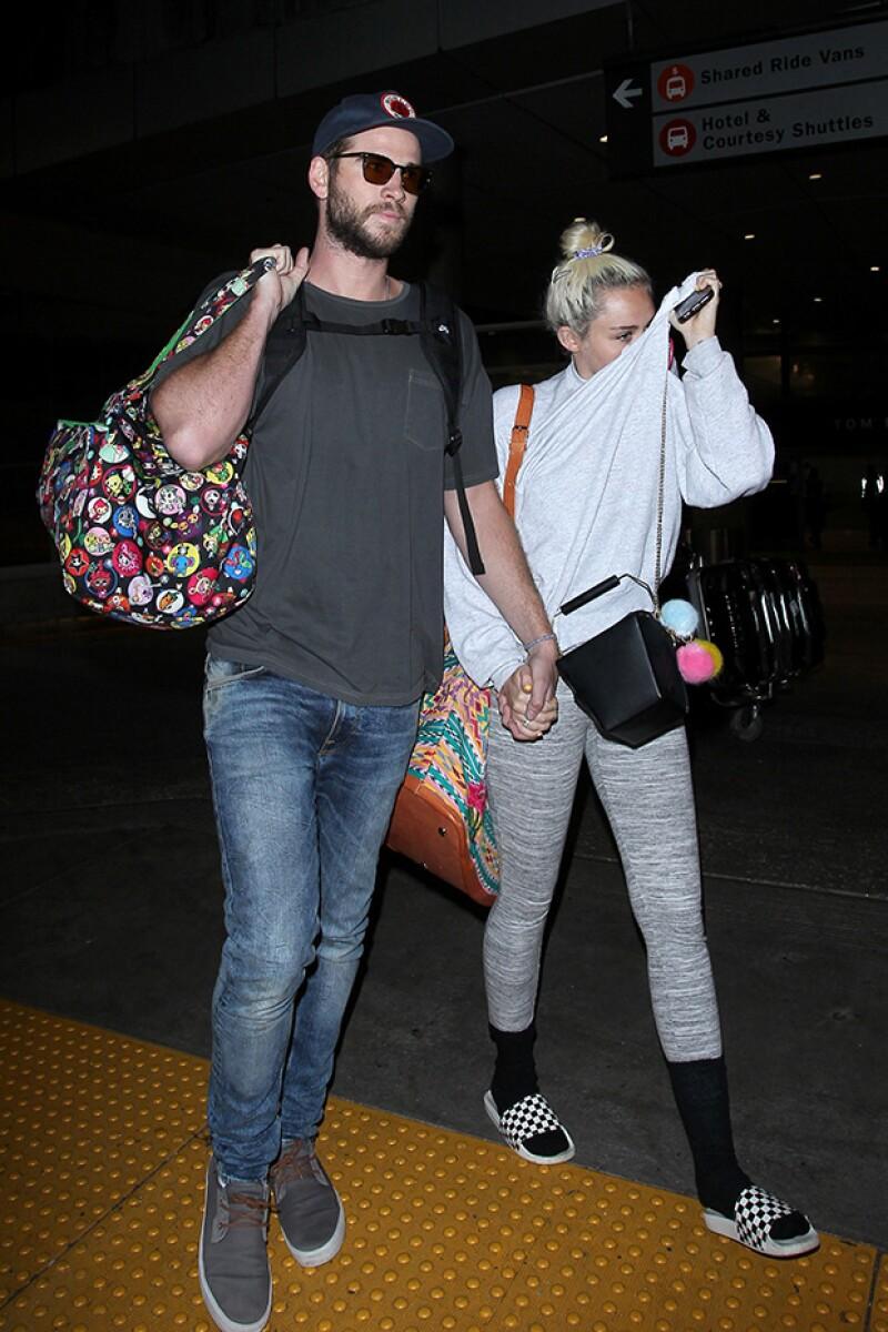 La pareja fue captada tomada de la mano en Los Ángeles, luego de que pasaran unos días juntos en Australia con la familia de él.