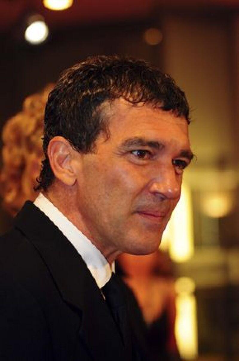 El actor español desea hacer una nueva versión de la exitosa serie francesa, la cual será transmitida a la comunidad latina de Estados Unidos.