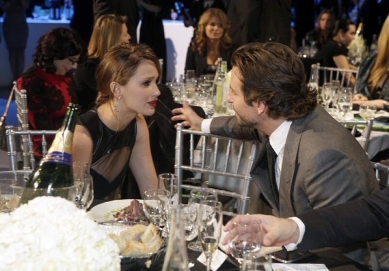 Él soltero por terminar con Zoe Saldana y ella que apenas rompió con Nicolas Holt, se notaron muy felices de trabajar juntos en la película que les dio el premio a mejores actores de comedia.