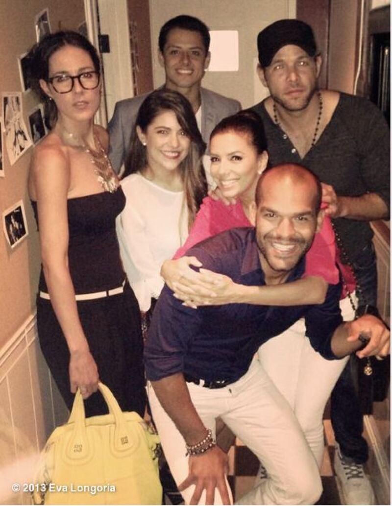 La actriz compartió a través de Twitter esta imagen de la velada que tuvo en compañía del delantero mexicano y otros amigos, entre los que destacó la novia del futbolista.