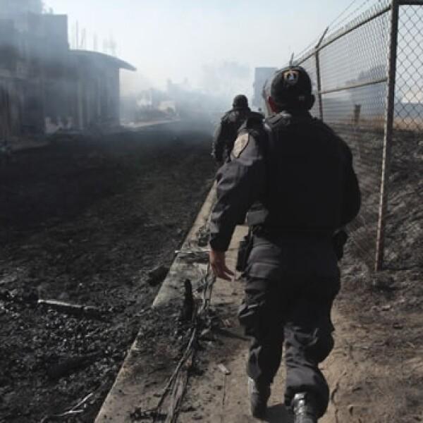 Policías corren hacia la zona de más emergencia tras la explosión