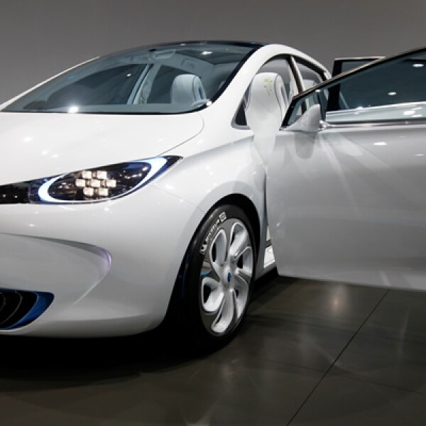 De orientación netamente urbana, el Renault Zoe Concept recurre a un propulsor de 60 kilowatts o 80 hp, que le permite acelerar a 100 km/h en 8.1 segundos, con una velocidad máxima de 135 km/h.