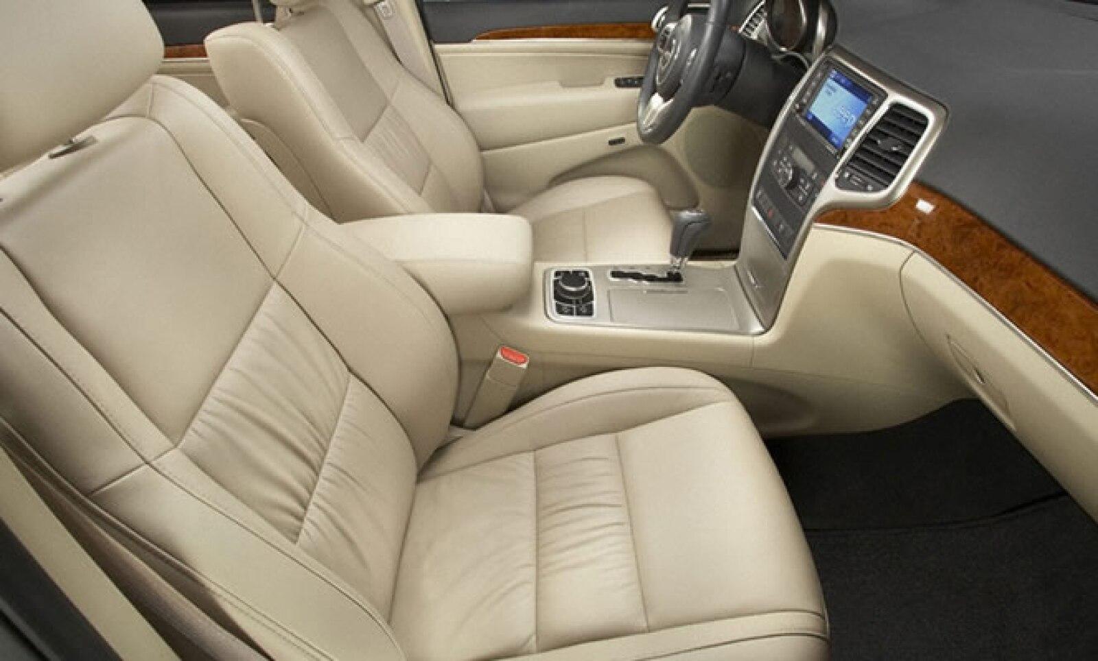 Los asientos están forrados en cuero, con inserciones de madera genuinas y sistema de audio Alpine con memoria de 30 gb, conectividad Bluetooth y USB.