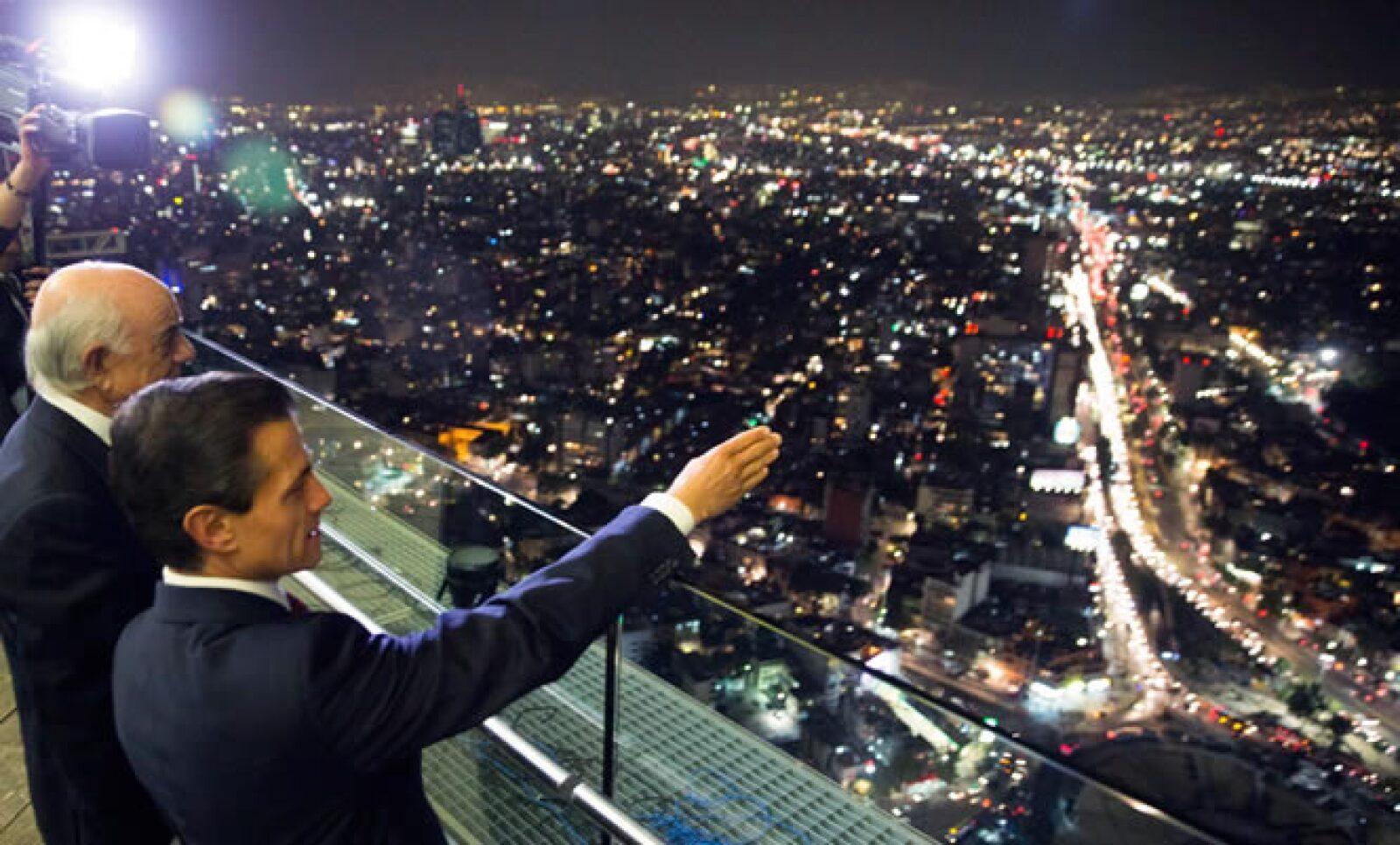 Francisco González, presidente de BBVA, y Enrique Peña Nieto, presidente de México, contemplan la vista de la Ciudad de México desde la cima.