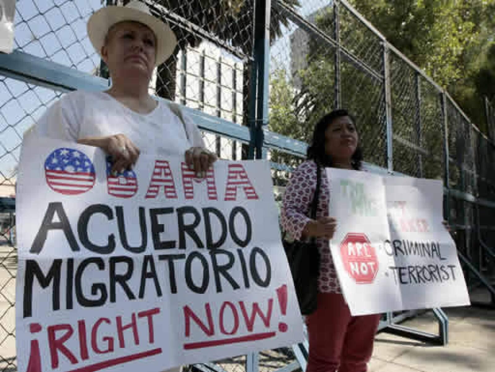 Varios militantes realizan actos de protesta a las afueras de la embajada de Estados Unidos en México. Un acuerdo migratorio y mayores beneficios por el TLCAN son las principales demandas.