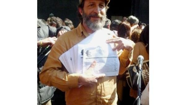 """""""El grito más fuerte"""" entregó este jueves al político mexicano las firmas de los ciudadanos que se oponen a la reforma energética."""
