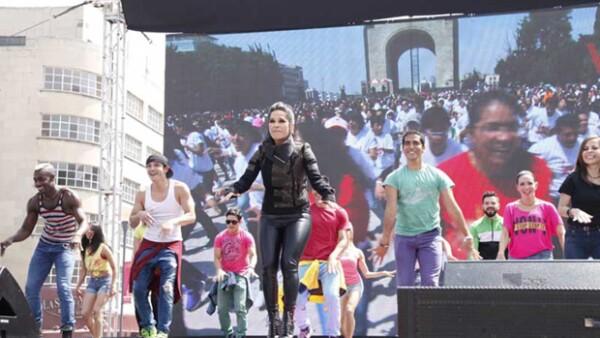 Para celebrar los 10 años de su programa de radio, la conductora citó a sus `cuentahabientes´ en el monumento a la Revolución en la ciudad de México.