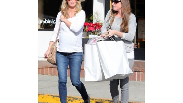 La actriz ha sido captada en días recientes en lugares públicos de Los Ángeles presumiendo su silueta a la espera de su primer hijo.