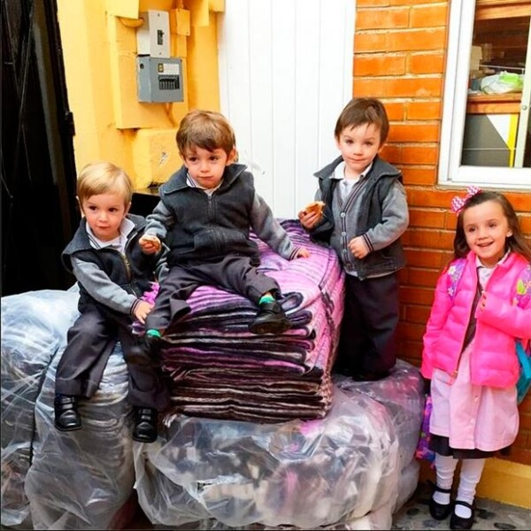 La conductora compartió esta imagen de sus cuatro hijos junto a los paquetes de cobijas.