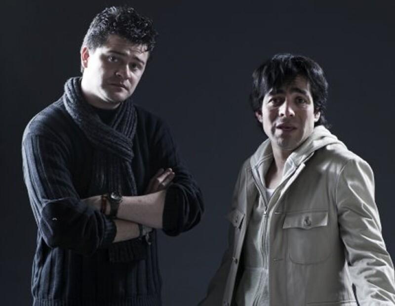 """Francisco Padilla y Omar Chaparro durante una sesión fotográfica de """"Suave Patria""""."""