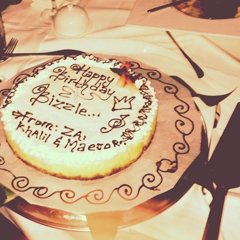 Su amigo Khalil le regaló un pastel.