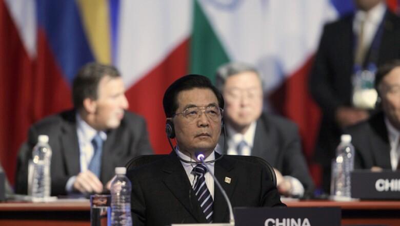 El presidente de China, Hu Jintao, escucha el discurso del presidente Calderón en la reunión de este lunes.