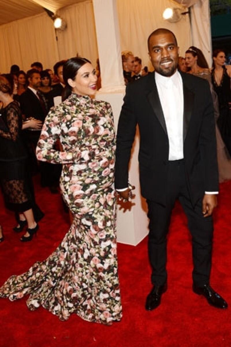"""El público asistente al exclusivo evento se sorprendió por la romántica canción que Kanye hizo para Kim, en cuyas letras le pide que no haga caso a las críticas pues ella es """"increíble""""."""