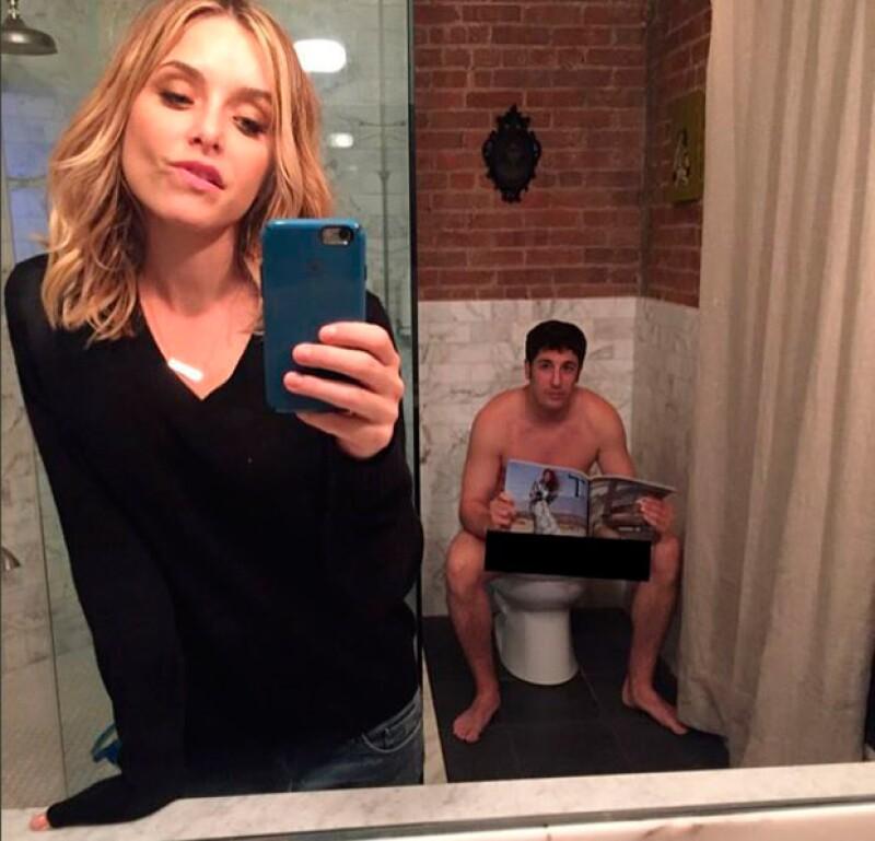 Jenny Molen posteó en la red social una selfie en la que se distingue el actor sentado en el baño mientras lee una revista.