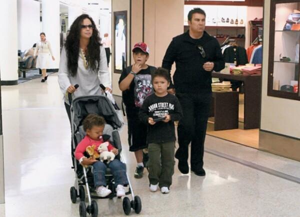 La cantante y su familia en el aeropuerto de Miami en agosto de 2007.