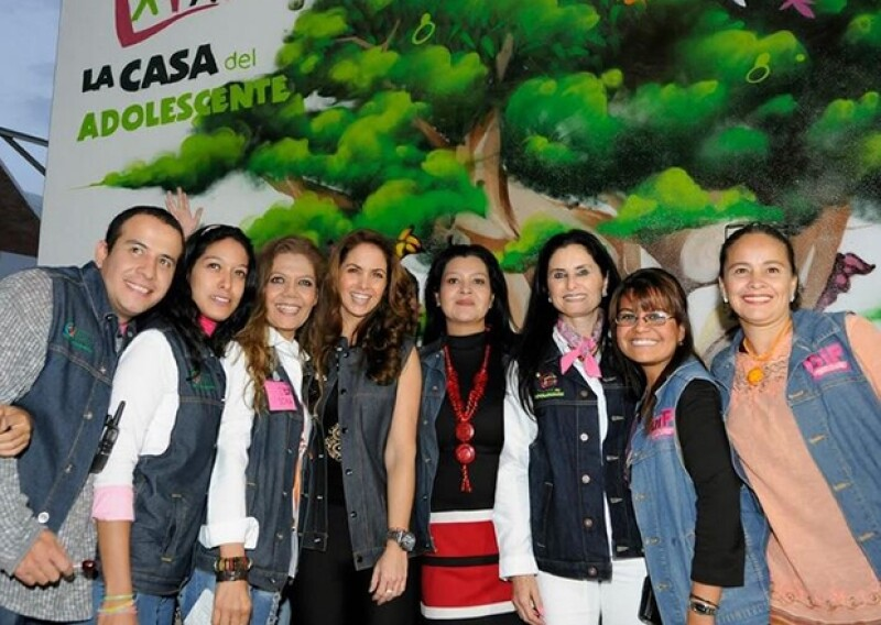 """La cantante mexicana visitó la """"Casa del Adolescente"""" del estado en el que ofreció conferencia de prensa y más tarde ofreció un emotivo concierto para el DIF estatal."""