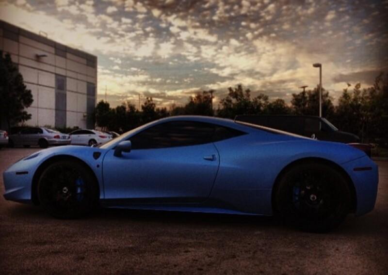 Justin Bieber es fan de los autos, pero el Ferrari azul lo ha usado pocas veces. .