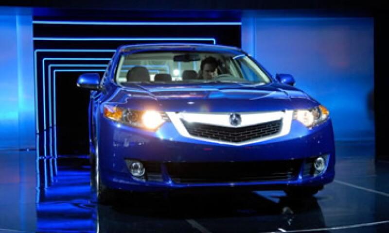 Honda indica que la sal de las carreteras se adhiere a los zapatos de los conductores y así llegan al interior del auto.   (Foto: Getty Images)