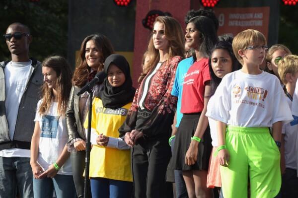Las dos famosas se hicieron acompañar de algunos niños y adolescentes que participaron en el evento.