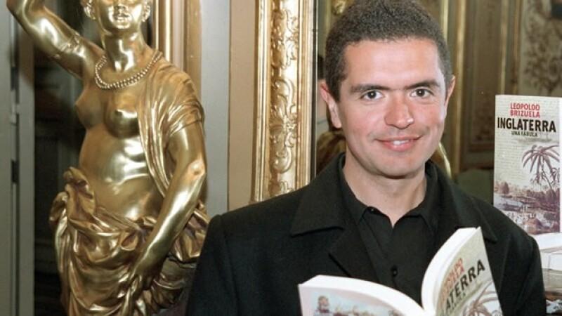 El escritor Leonardo Brizuela posa con su novela Inglaterra