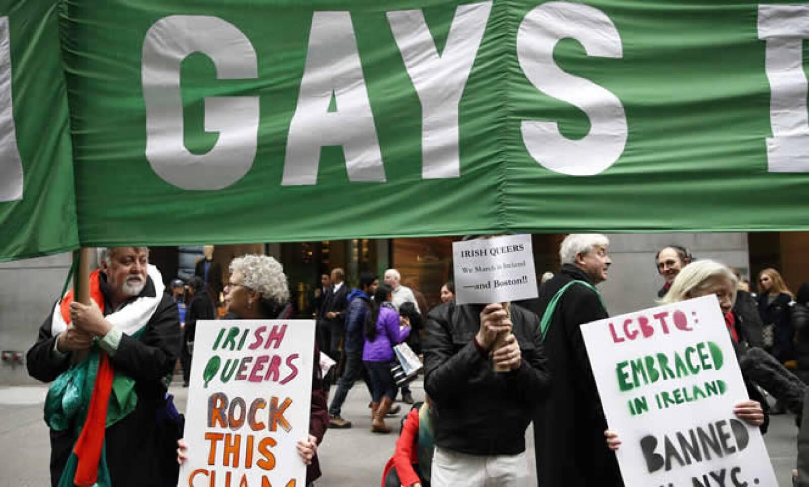 El tradicional desfile en Nueva York incluyó por primera vez un grupo gay que se sumó con carteles con tréboles y arcoíris.