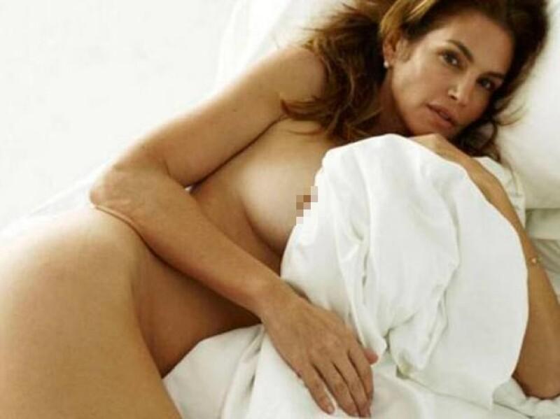 A través de internet se ha dado difusión a una serie de imágenes en las que vemos a la modelo de 48 años posar muy sexy entre sábanas.