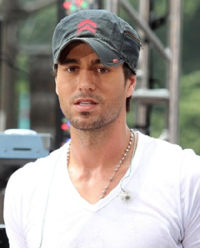 El cantante español no podrá cumplir su promesa de esquiar sin ropa, pues podría ser arrestado por las autoridades de Miami.