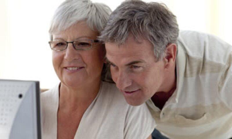 Los adultos mayores que deseen reintegrarse a la vida laboral no deben dejar de capacitarse.(Foto: Getty Images )