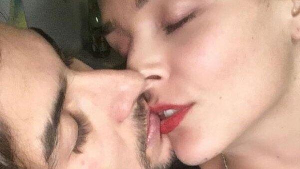 La pareja de actores ya no oculta su romance y compartieron en Instagram su fotografía más romántica hasta el momento.