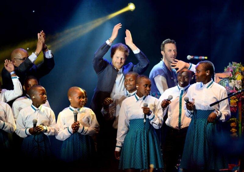 Durante el concierto que se celebró en el Palacio de Kensington a favor de los niños infectados con VIH de Lesoto, el hijo menor de Lady Di no pudo ocultar su emoción al estar sobre el escenario.