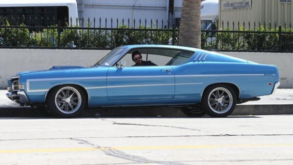 Aaron Paul se va por los clásicos. Se compró este Ford Torino azul, como sacado de Need For Speed.