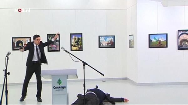 El momento exacto cuando atacan a embajador ruso