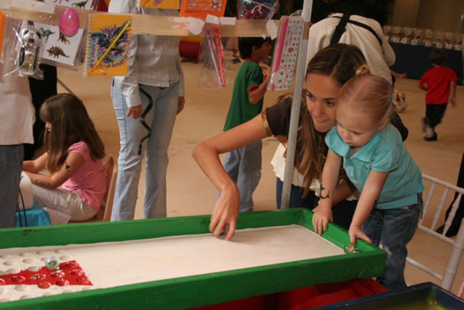 Loreto Peralta jugando con su tía Olivia Peralta.