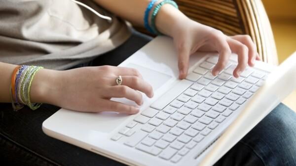 una chica usando una laptop