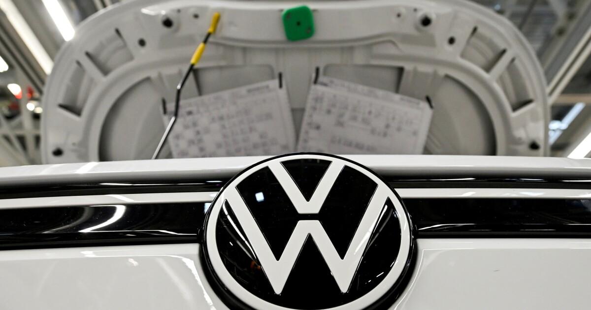 Volkswagen recortará más su producción global por falta de semiconductores