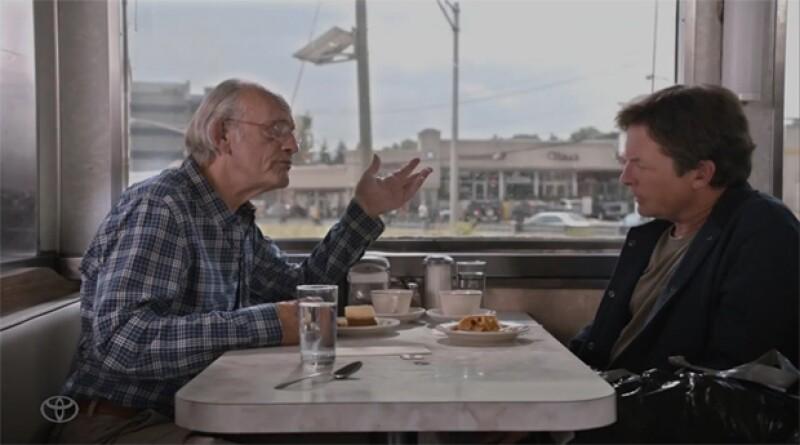 """En un comercial, Michael J. Fox y Christopher Lloyd se reunieron para conocer una nueva tecnología que puede convertir la basura en combustible, tal como aparece en """"Volver al Futuro""""."""