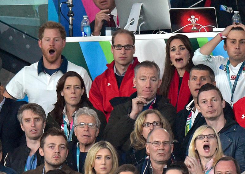 Sus caras demuestran que son miembros de la realeza fuera de pose.