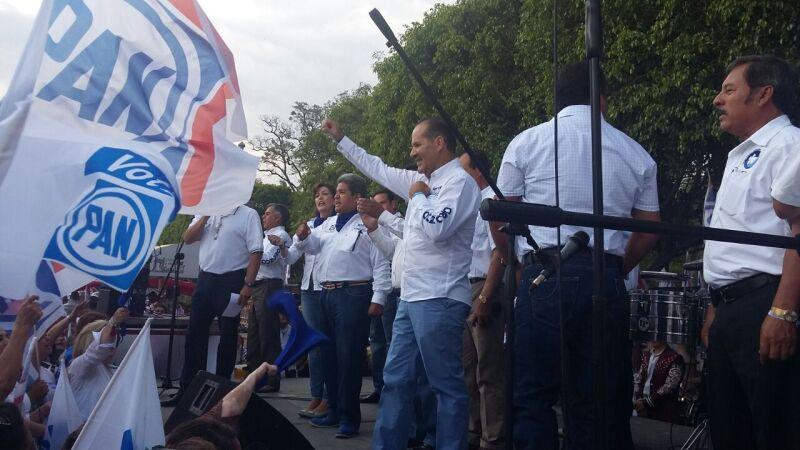 Maestros disidentes del partido Nueva Alianza respaldaron al abanderado panista, Martín Orozco.