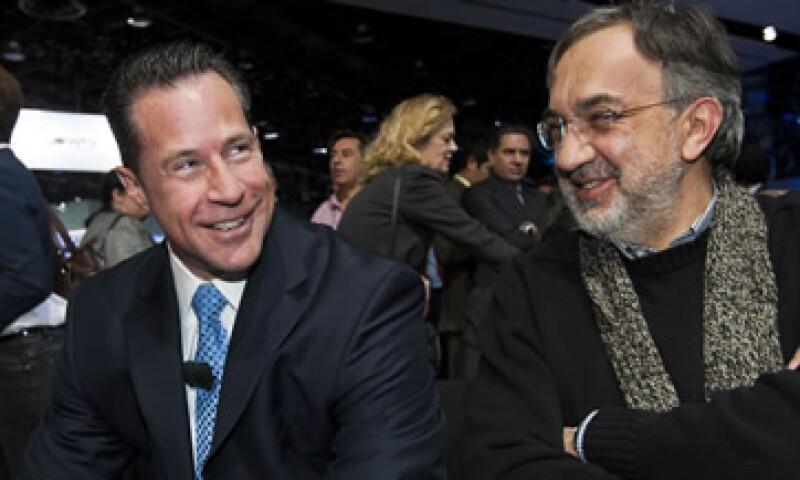 Reid Bigland, CEO de Dodge y Sergio Marchionne, líder de Chrysler se reunieron en el Salón Internacional del Automóvil, en Detroit, EU. (Foto: AP)
