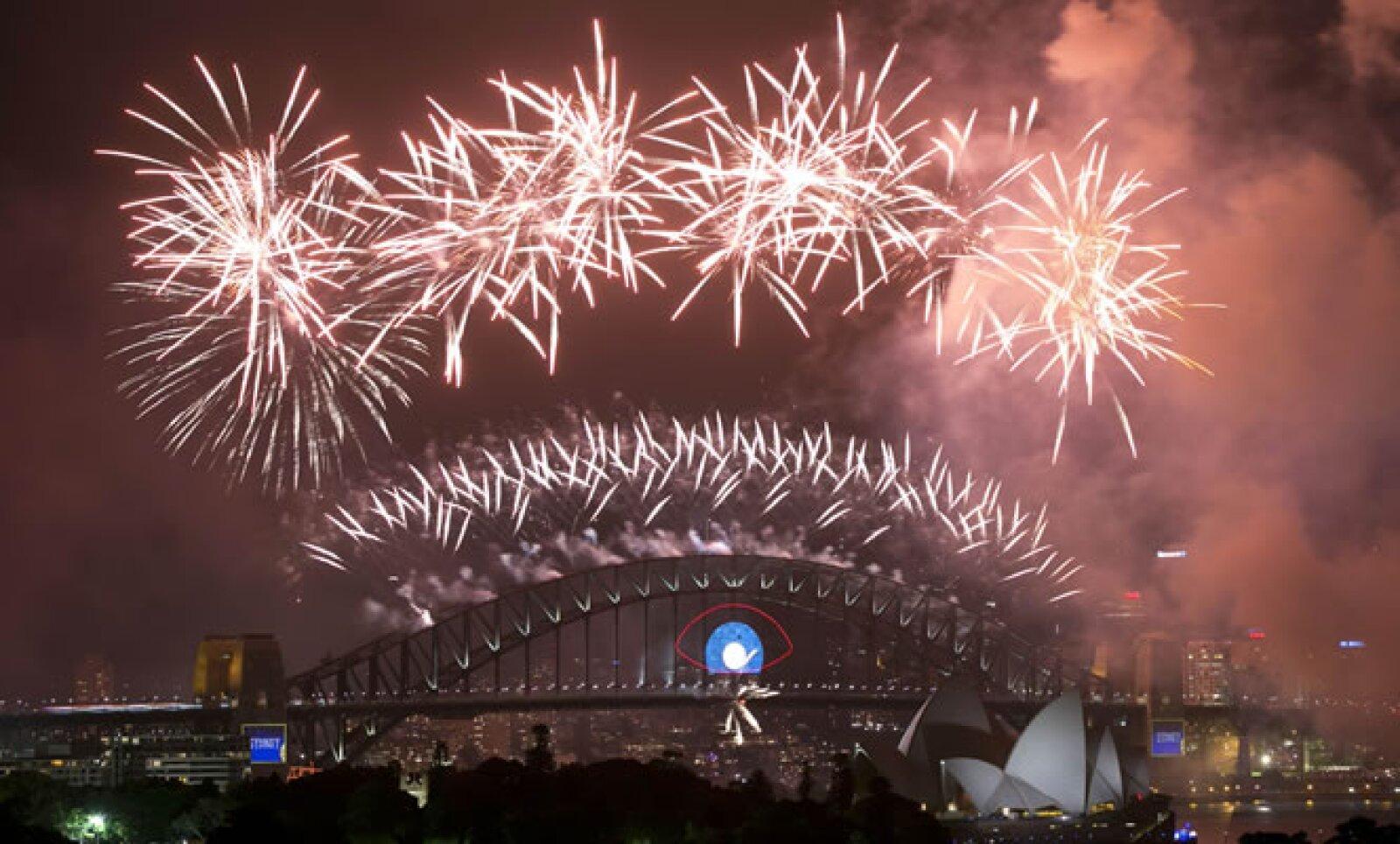 Los fuegos sobre el puerto de la ciudad australiana fueron uno de los primeros festejos en el mundo para recibir a nuevo año.