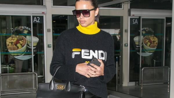 Adriana Lima usando Fendi Mania